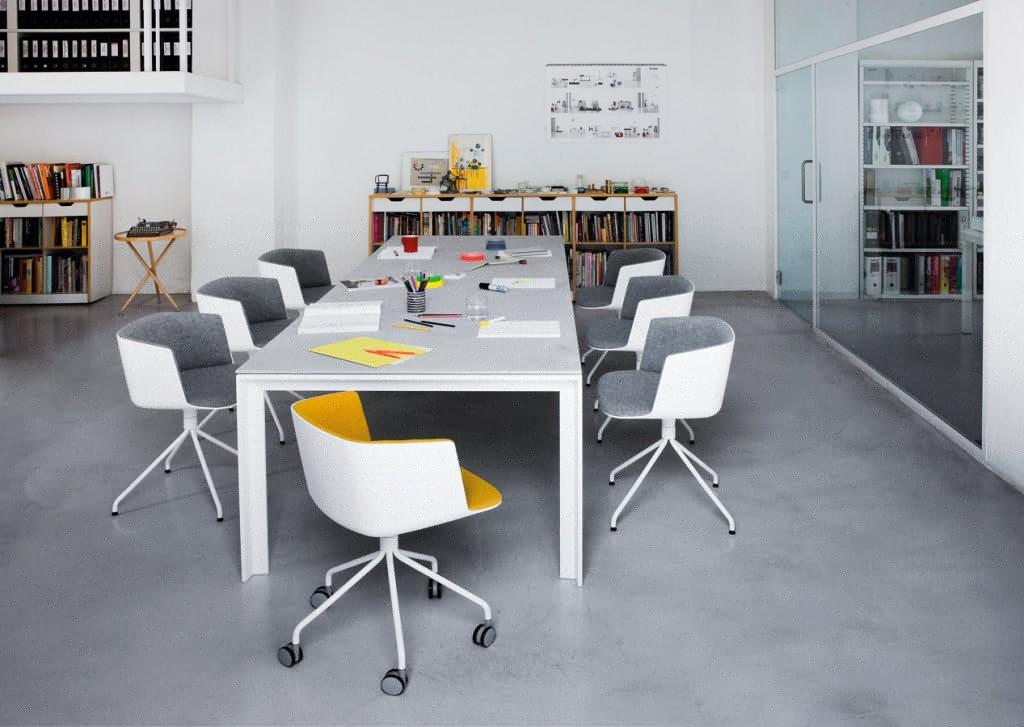 siège cut autour d'une table de réunion frame
