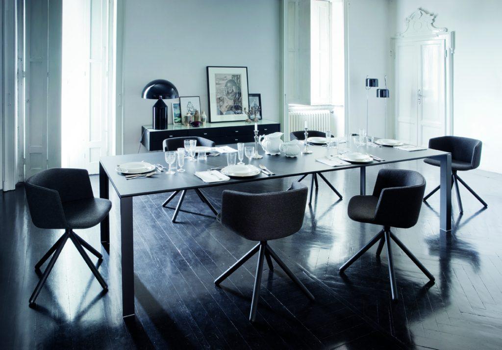 Chaise design avec piétement en bois