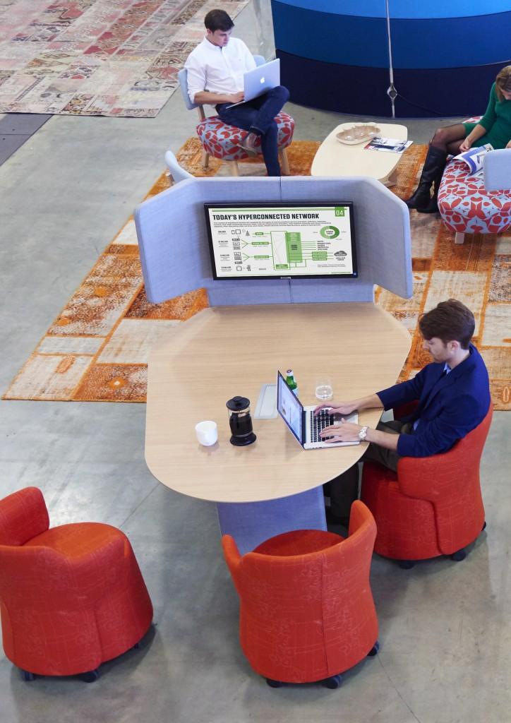 espace collaboratif et fauteuils à roulettes