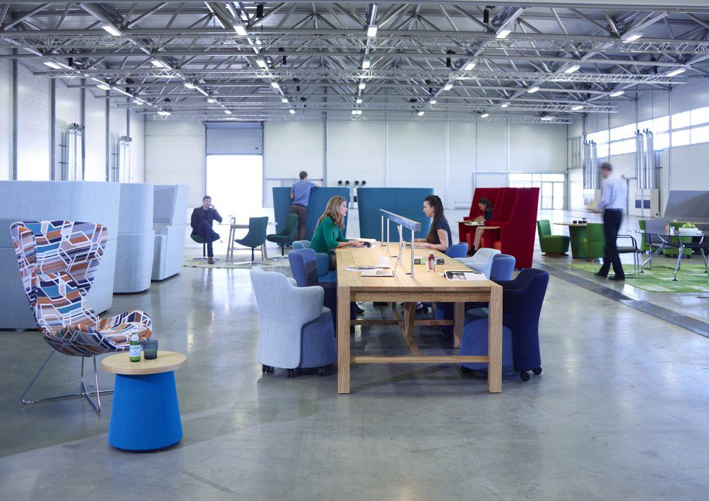 des travailleurs utilisant du mobilier de coworking