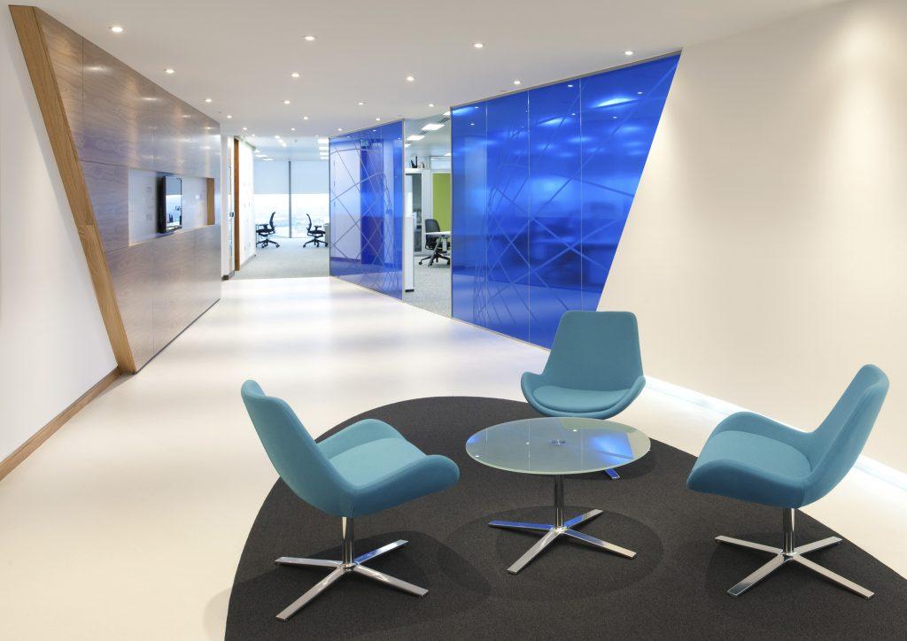 Espace de réunion lounge avec des fauteuils AVI