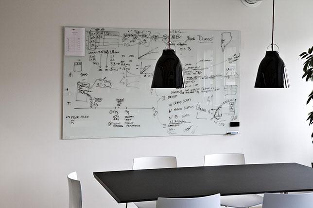 Salle de réunion avec tableau design CHAT