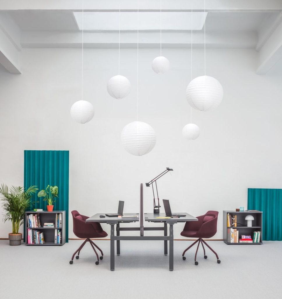 bureau ergonomique r glable en hauteur pour espace de coworking. Black Bedroom Furniture Sets. Home Design Ideas
