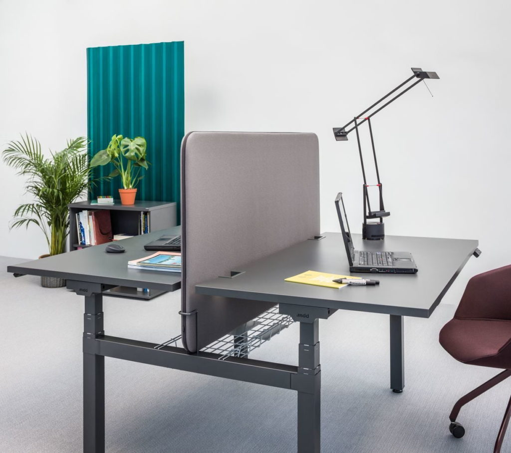 bureau ergonomique r glable en hauteur pour espace de coworking. Black Bedroom Furniture Sets. Home Design Ideas