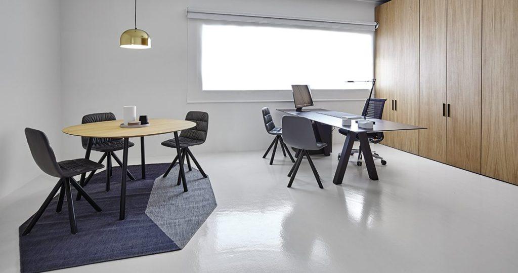 Bureau design en bois pour open space et espaces de coworking
