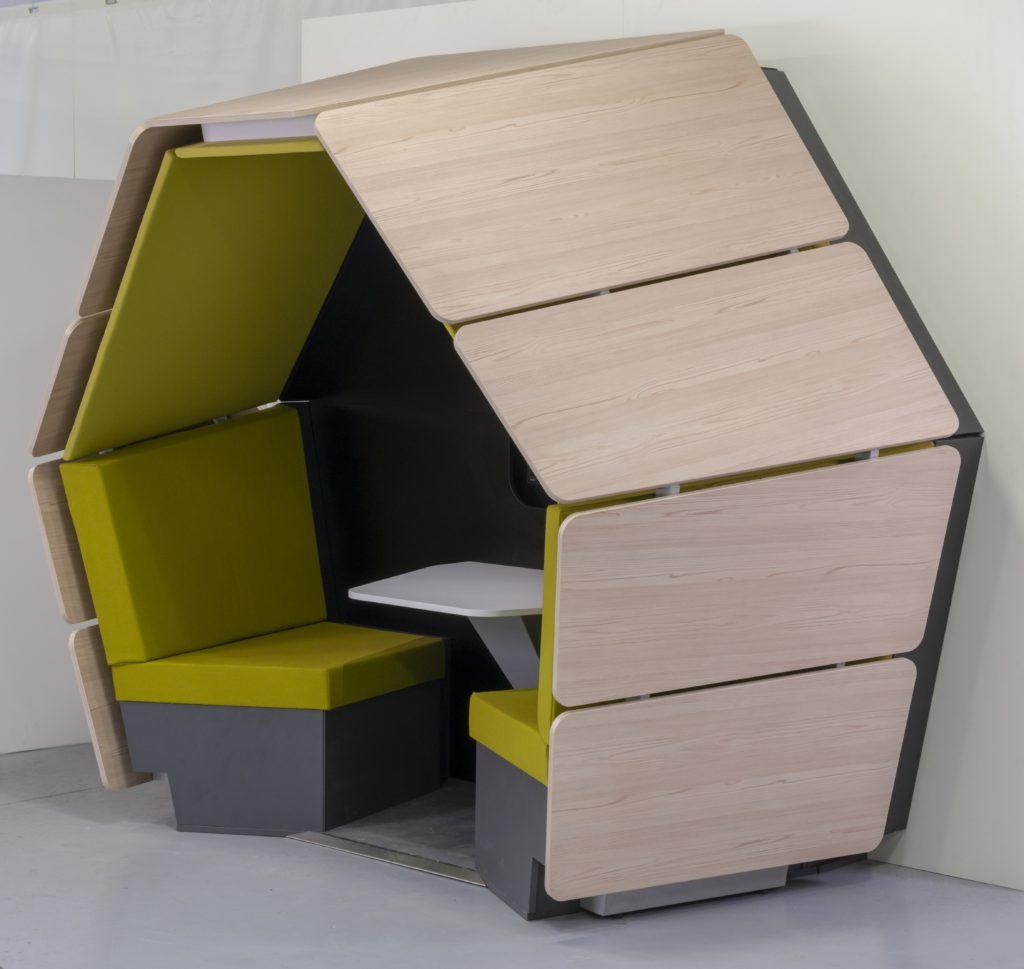 Box de coworking pour deux avec une table