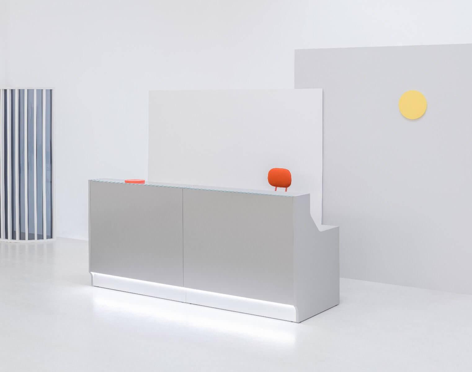 Banque d'accueil design avec éclairage LED.