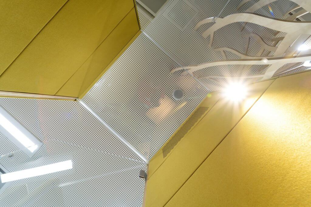 Cabine phone zone avec toit en verre