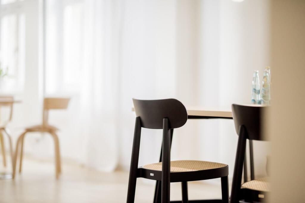 Chaise de réunion en bois et cannage THONET