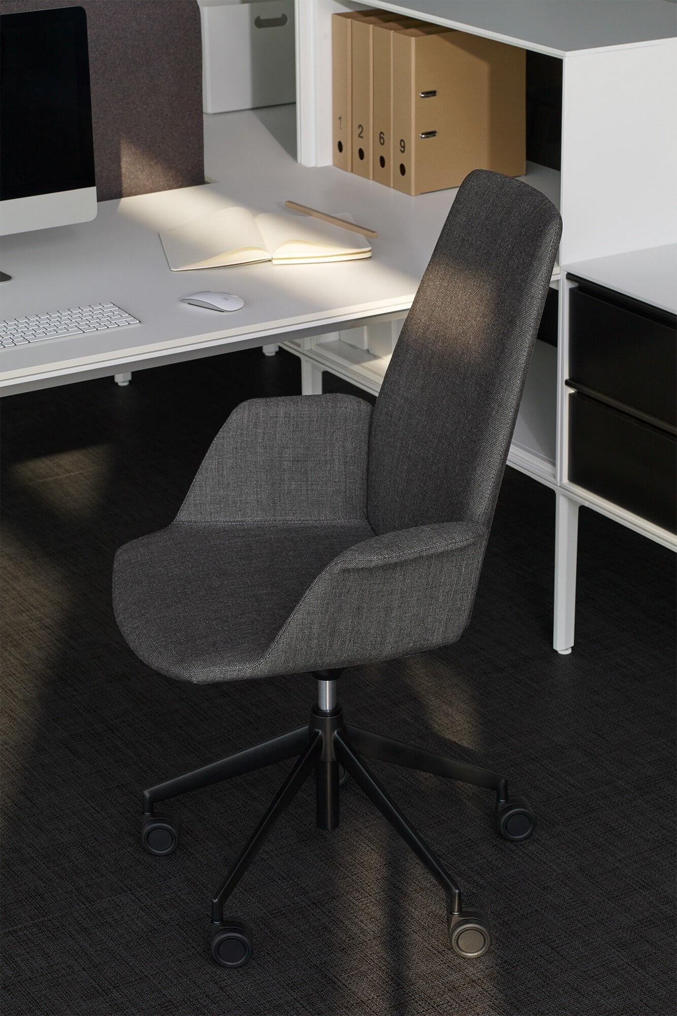 Chaise à roulettes design gris chiné.