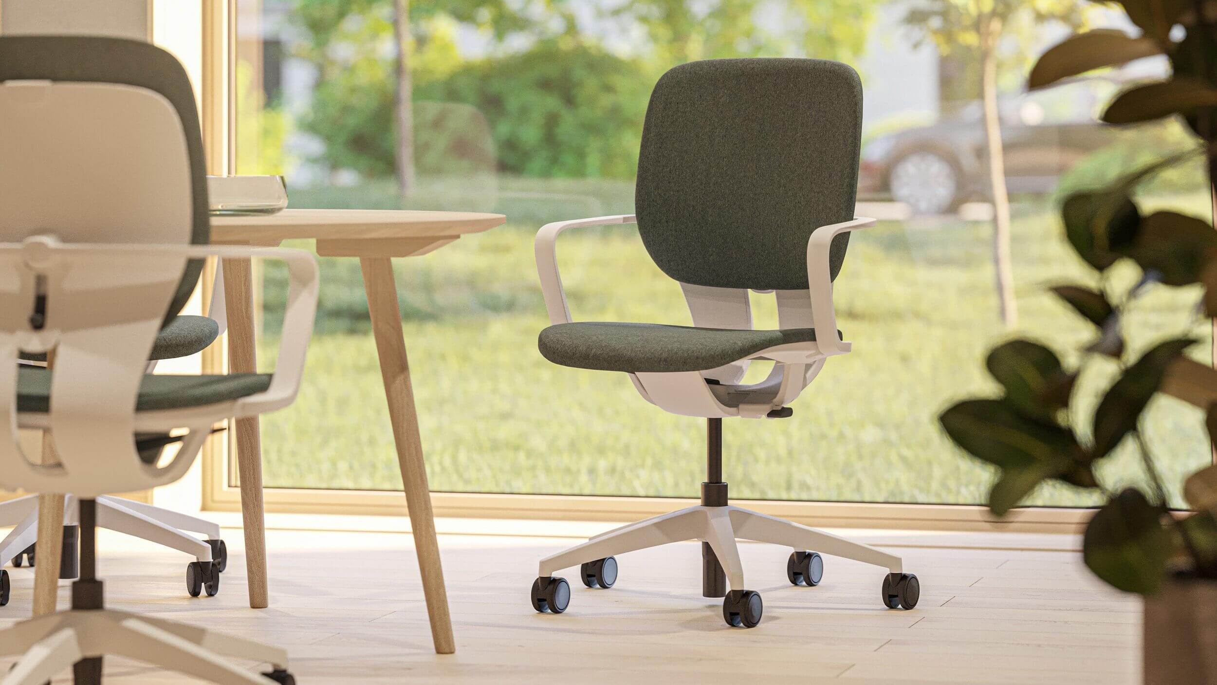 Chaise de bureau avec accoudoirs blancs.