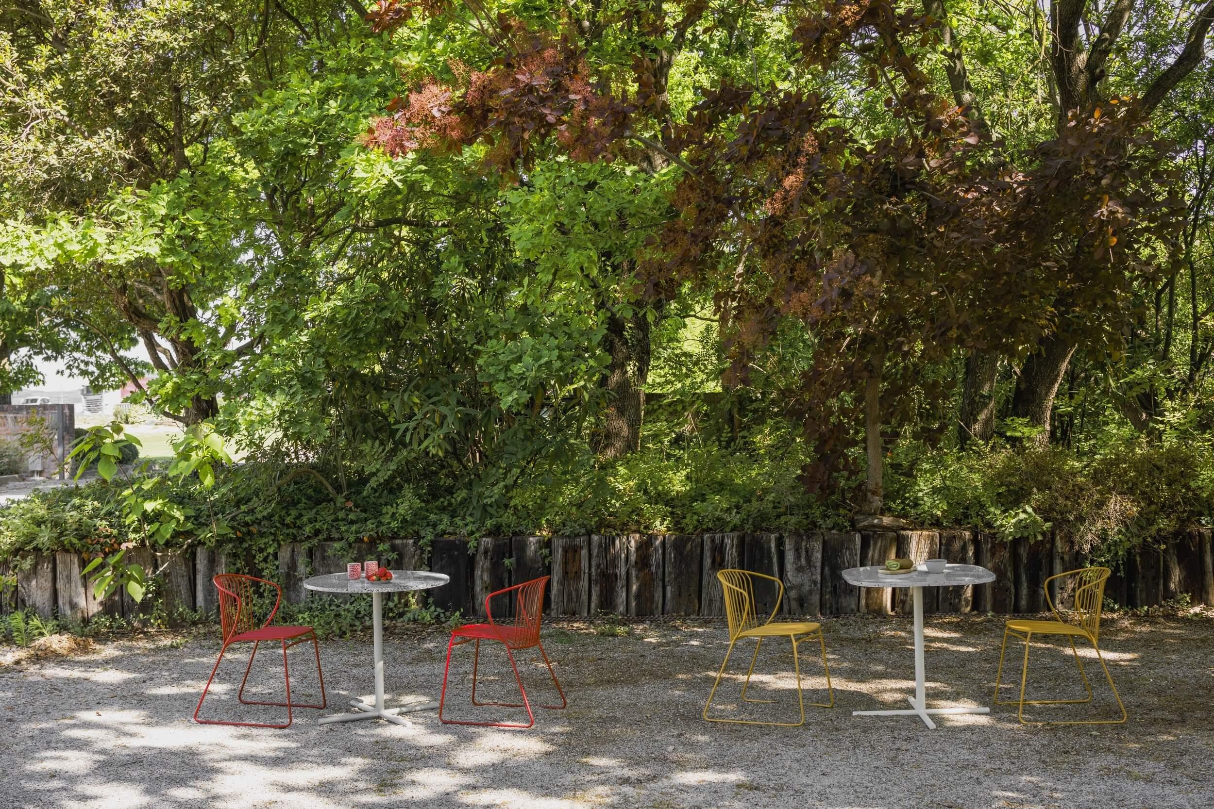 Chaise terrasse professionnel NOT OUT coloris jaune et rouge.