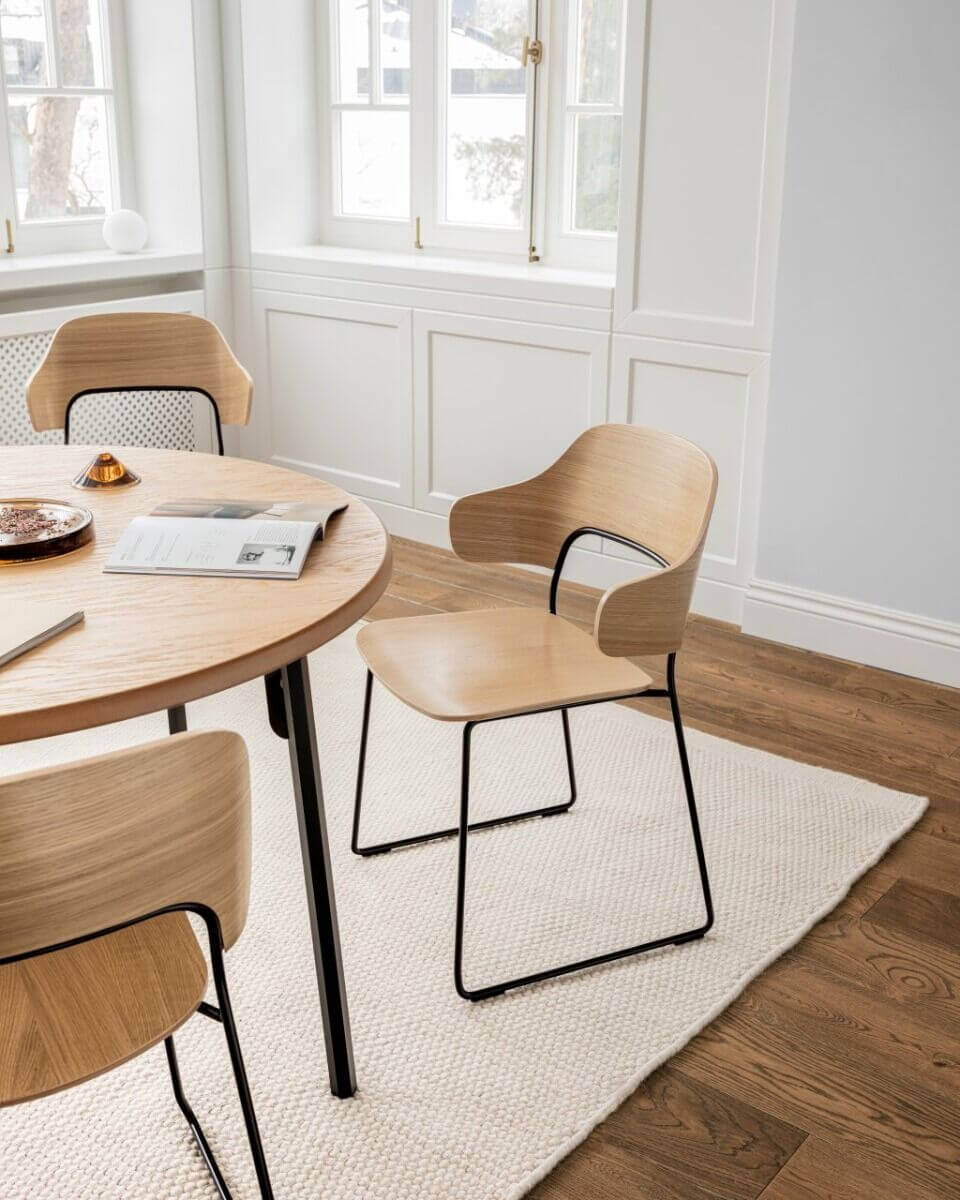Chaise design en bois pour restaurant.