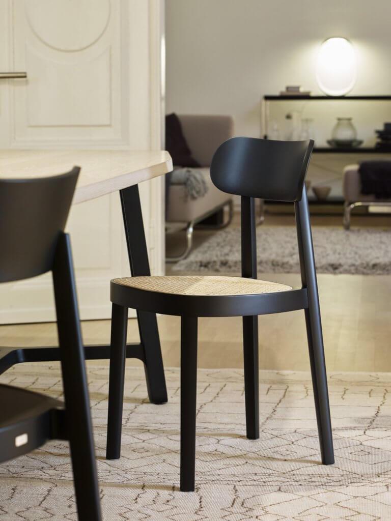 Chaise en bois massif noire avec cannage