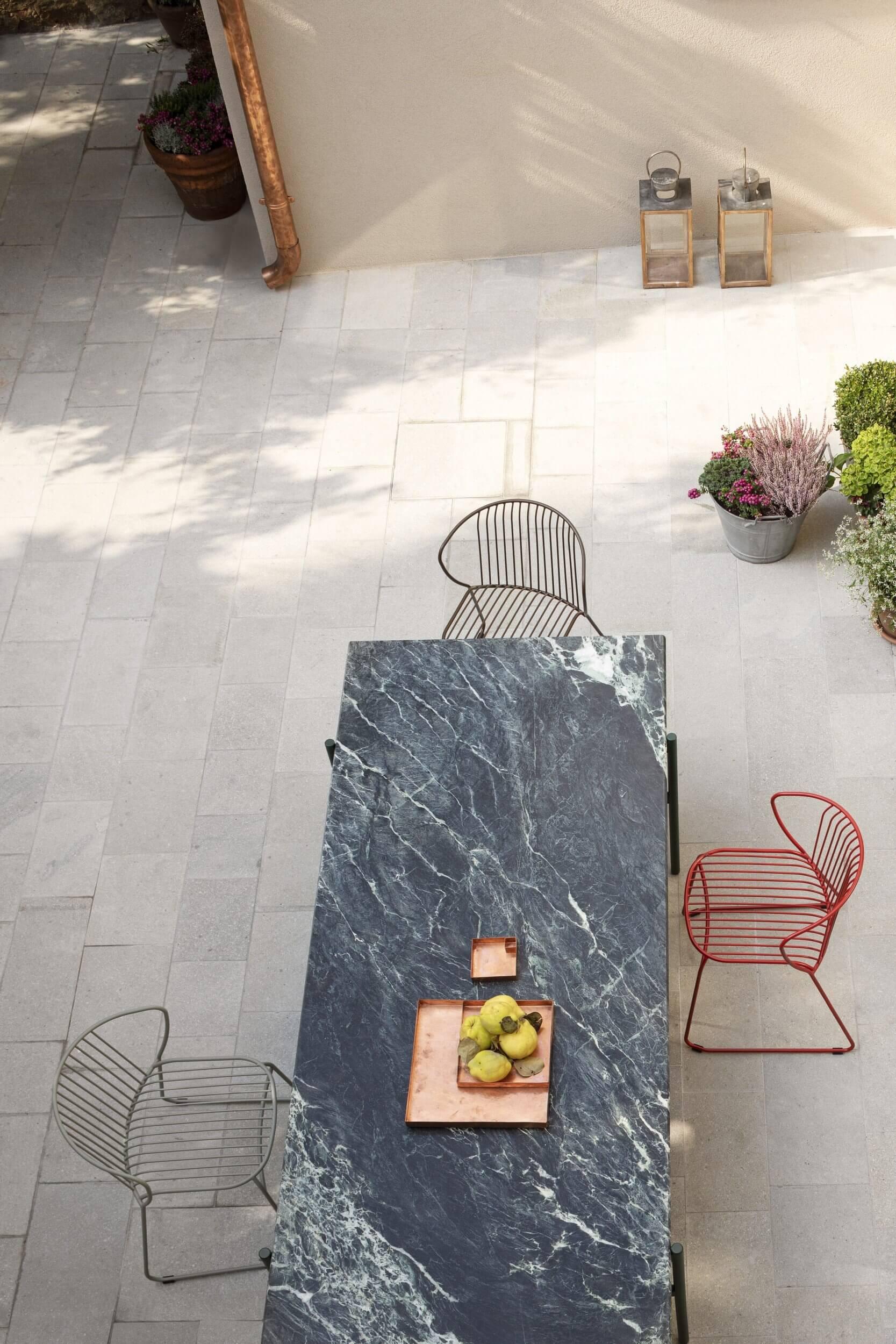 Table et chaise design pour terrasse de restaurant.
