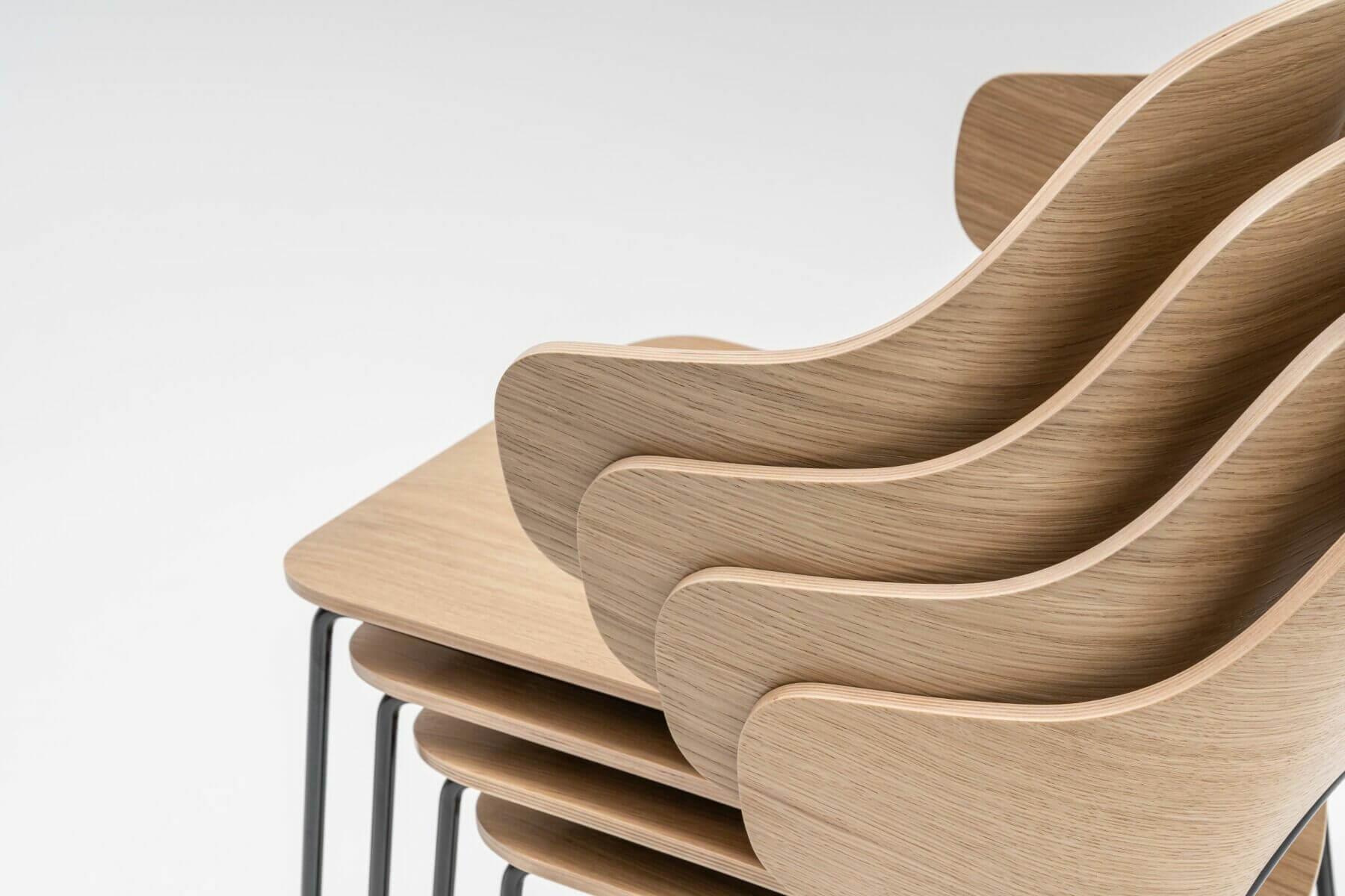 La chaise de restaurant pro FEEL est empilable par 5 unités.