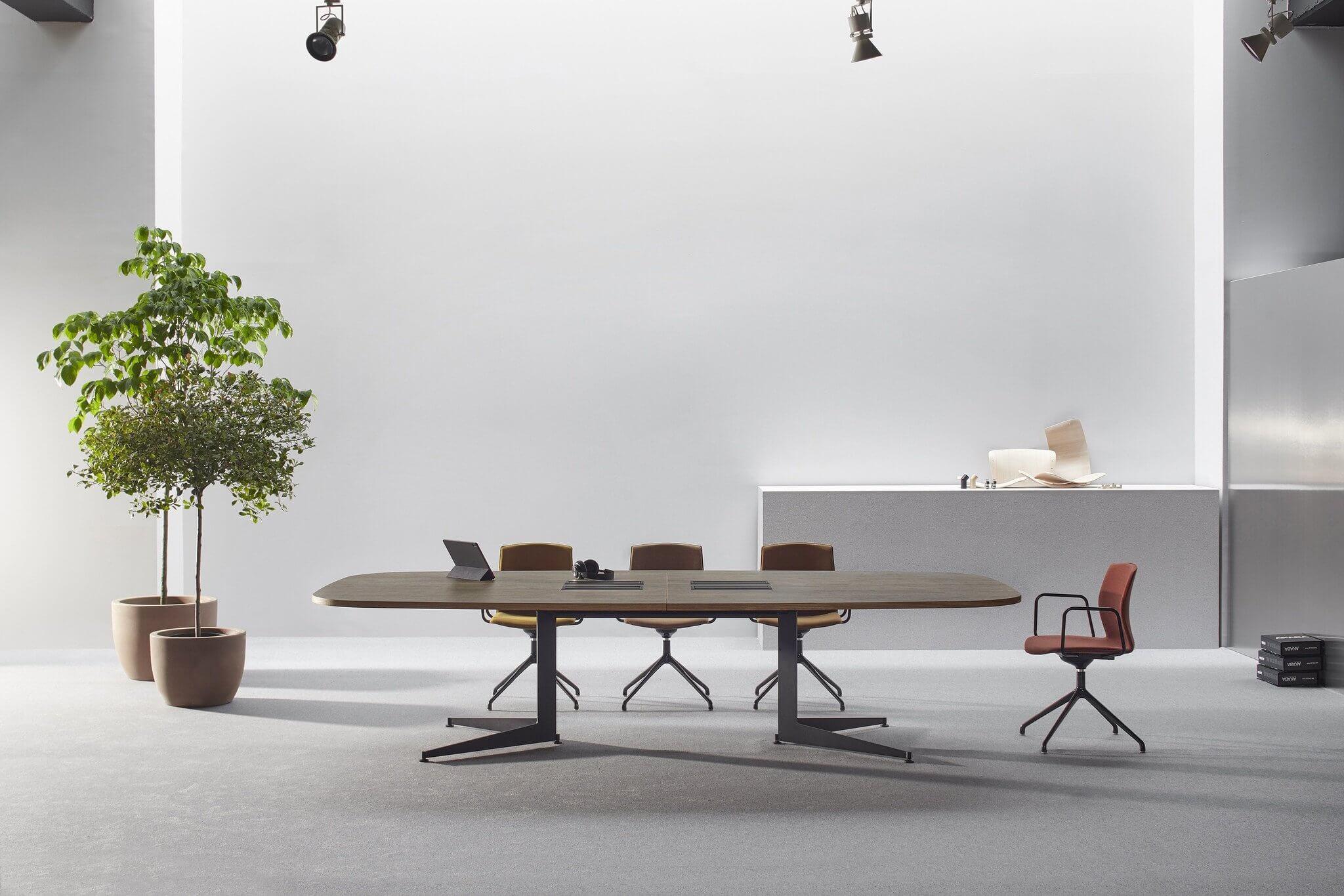 Chaise design pour table de réunion.