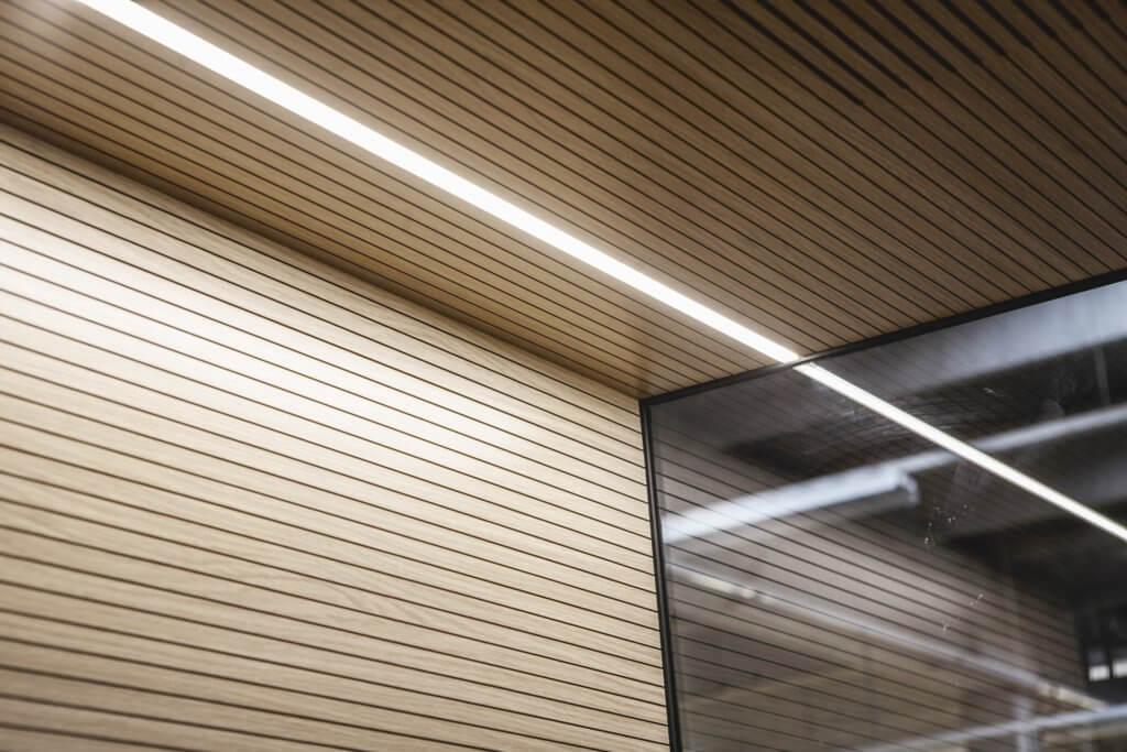 L'éclairage LED d'une cabine téléphonique de bureau