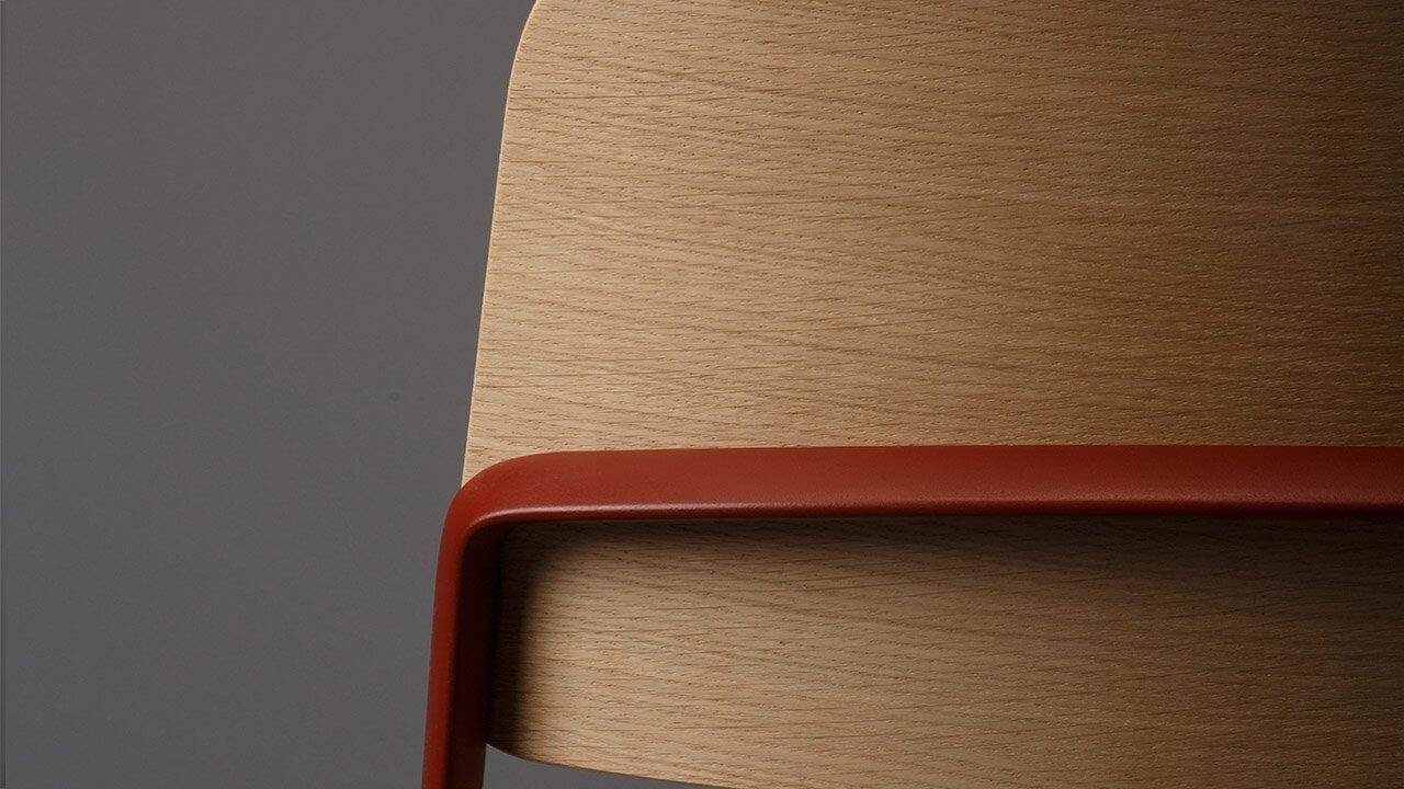 Une chaise de bureau avec des finitions de luxe