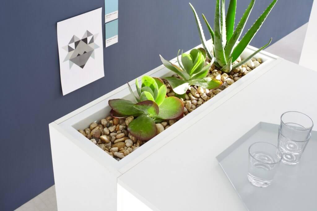 Table de réunion haute avec jardinière intégrée.