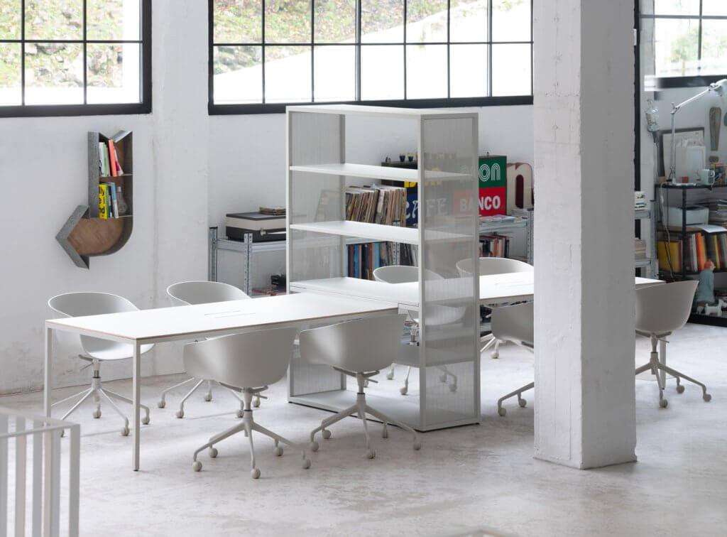 Table et bibliothèque style industriel