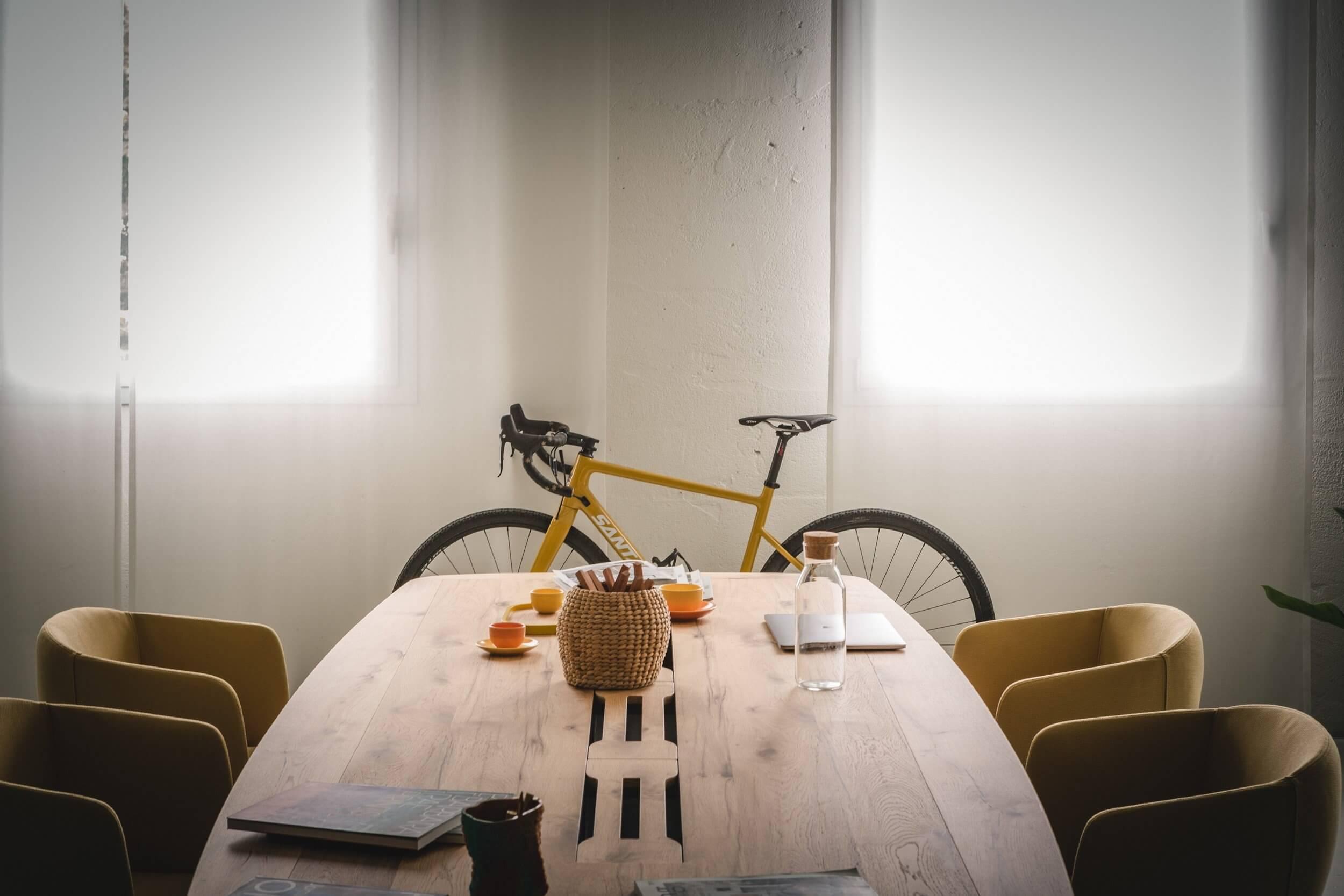 Chaises et table de réunion haut de gamme.