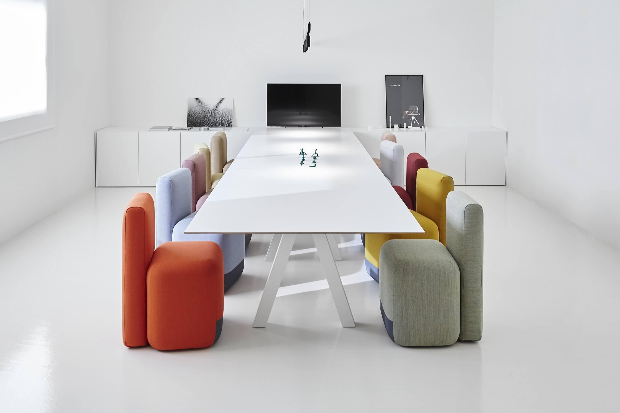 Mobilier design pour salle de réunion.