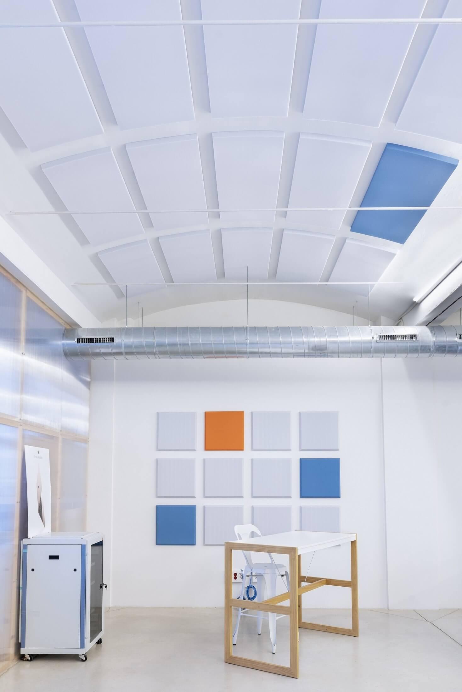 Panneau acoustique de plafond pour les bureaux.