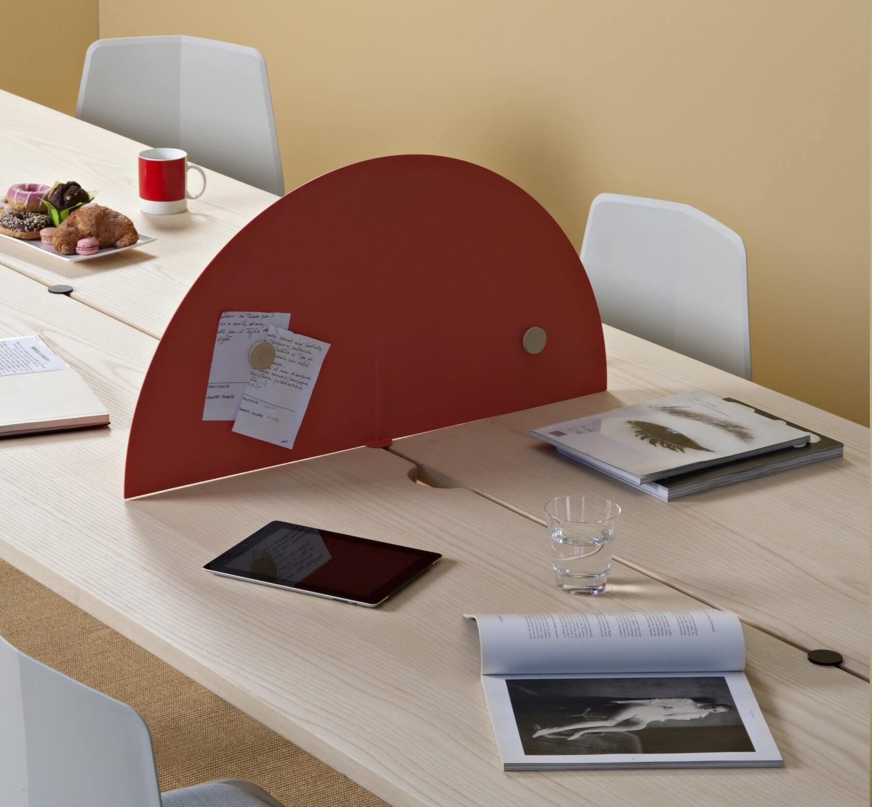 Table de réunion en coworking avec panneau séparateur