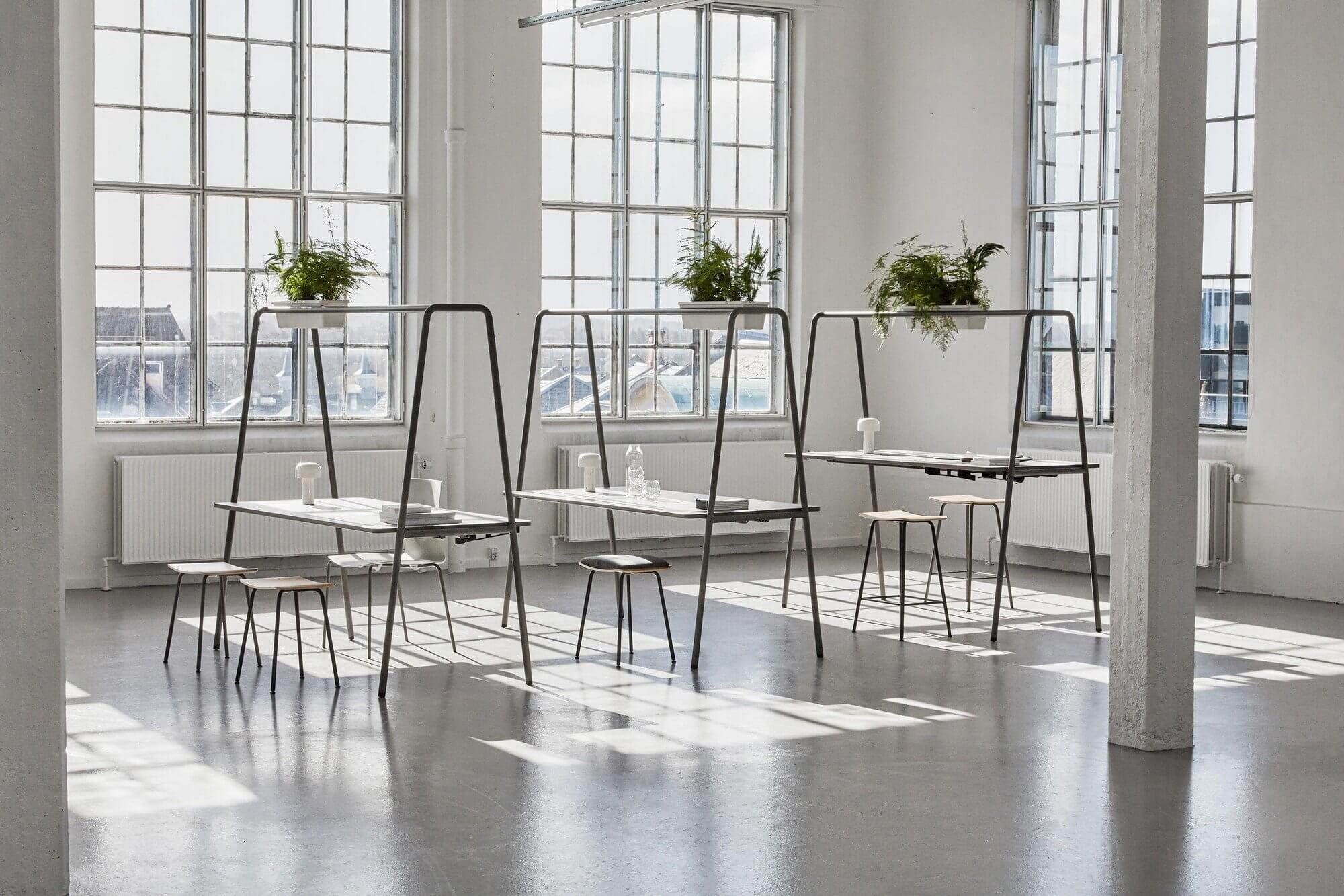 Table arche avec jardinière de plantes, pour les espaces de coworking.