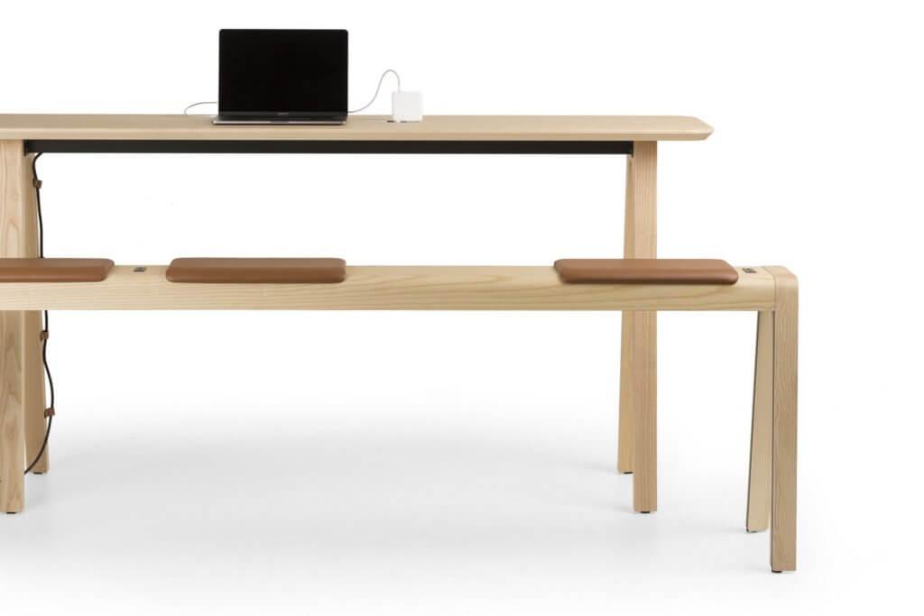 Table haute en bois avec bancs