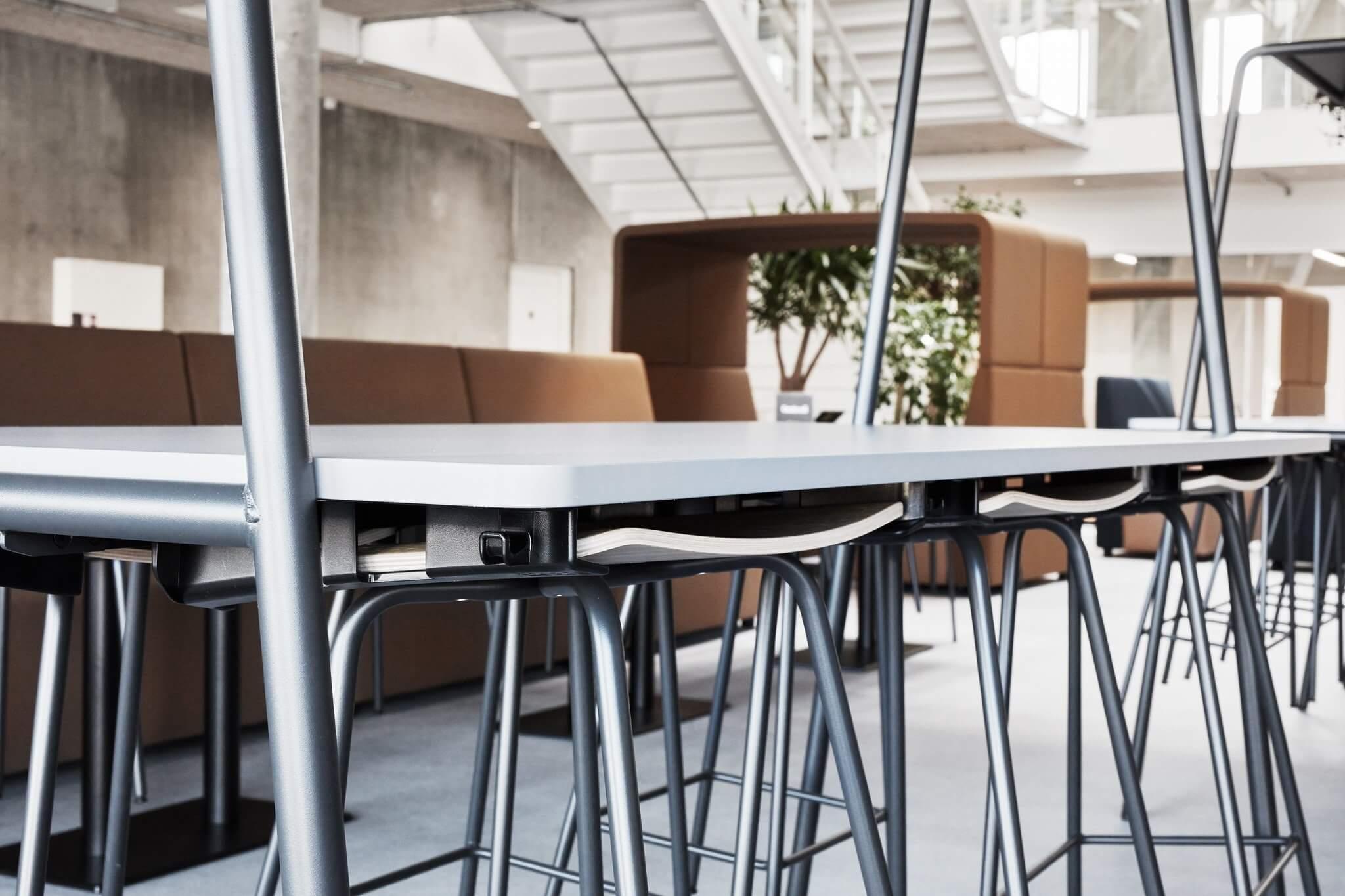 Table avec chaise suspendue ARCHE.