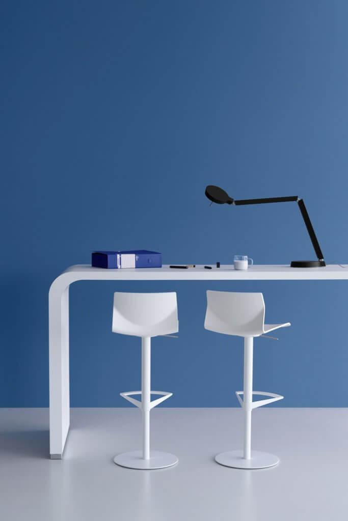 Table haute design avec tabourets pivotants