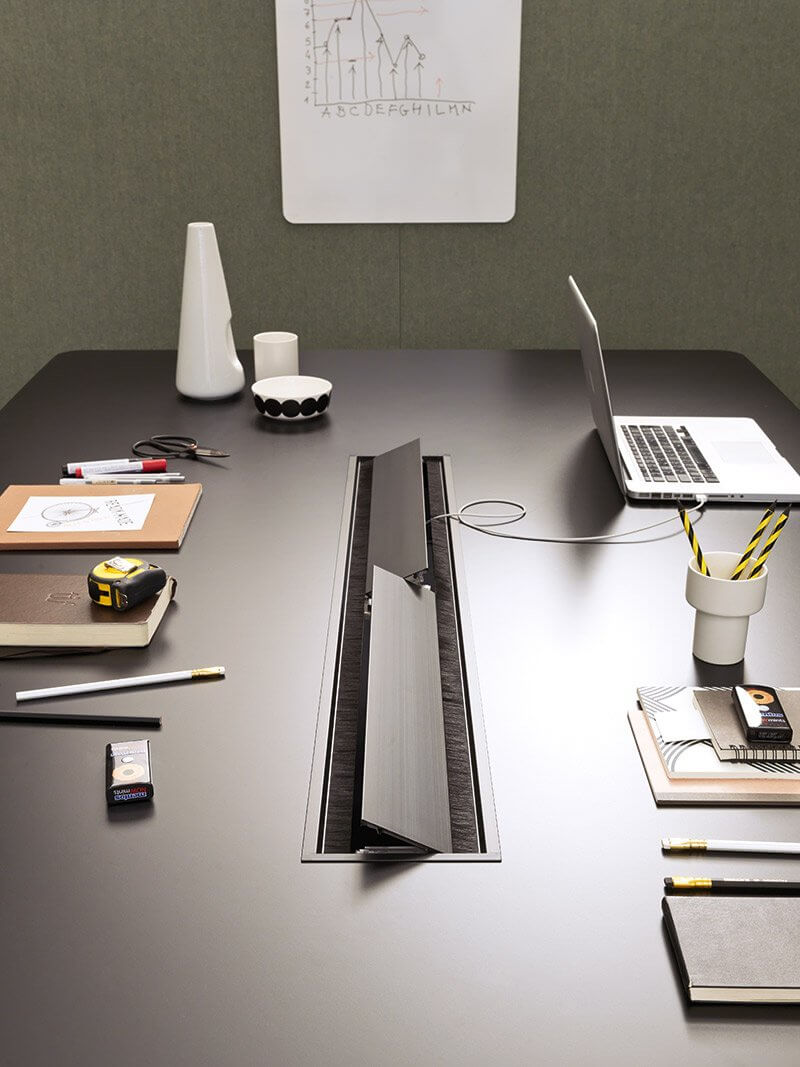 Table de réunion avec passage de câbles