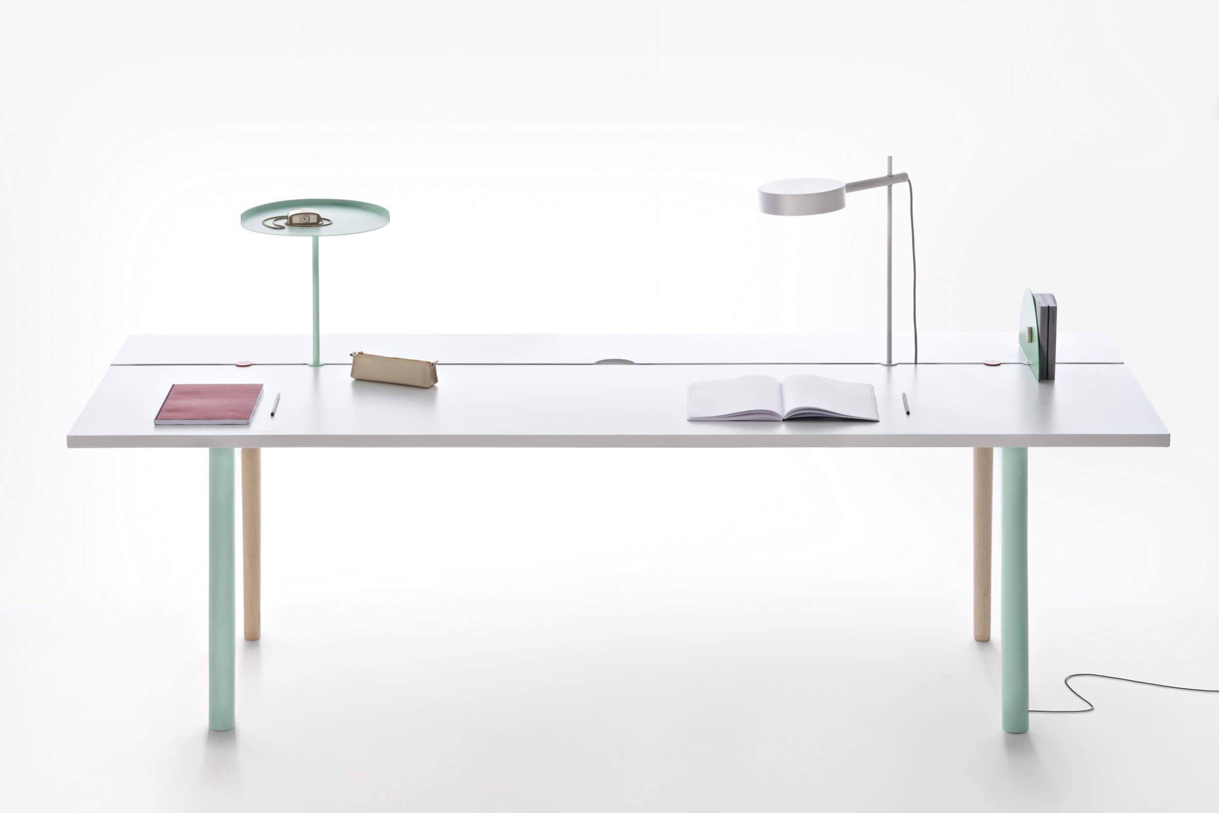 Table de réunion blanche avec connectiques