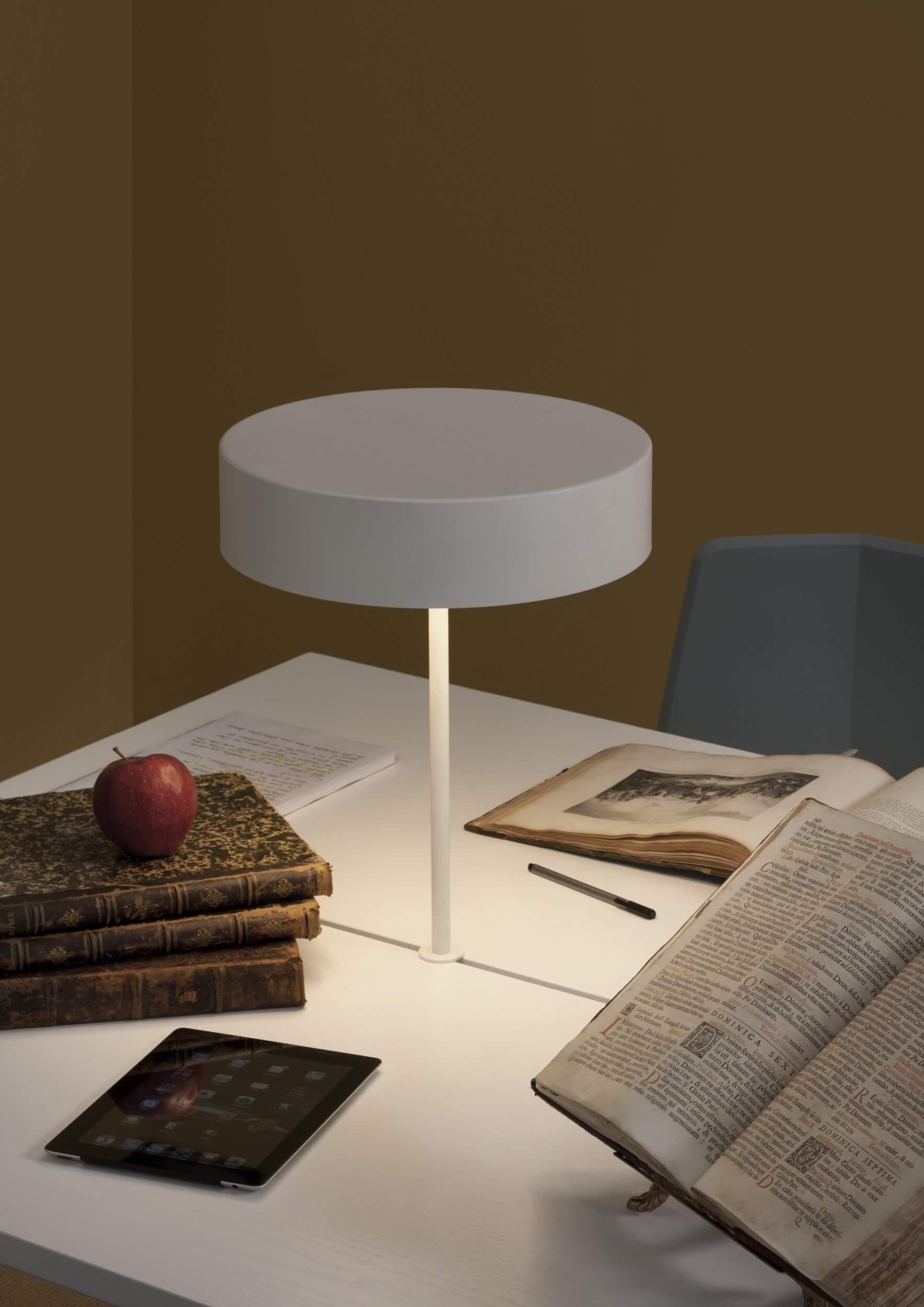 Table de réunion design avec lampes